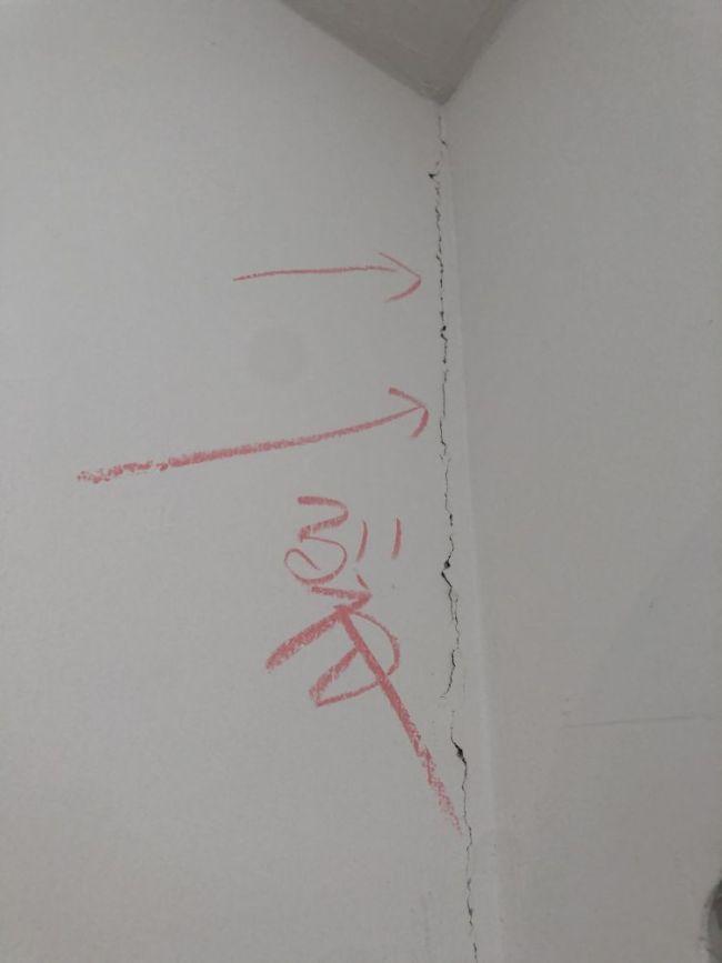 淄博中德地产福鹏花园毛坯房问题太多:墙面空鼓、锈点、裂纹、弱电箱缺光纤……