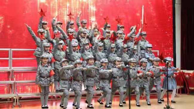 少年高歌献给党——山师附小二(8)班同学穿上军装唱响红歌