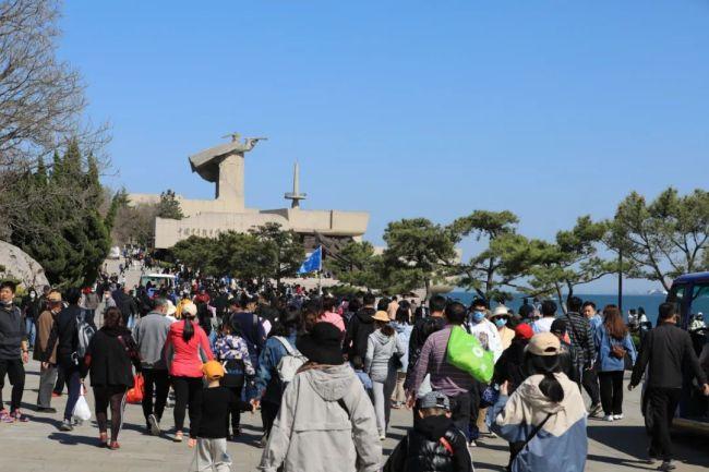 """""""五一""""小长假第二天,威海刘公岛景区井然有序 喜迎八方游客"""