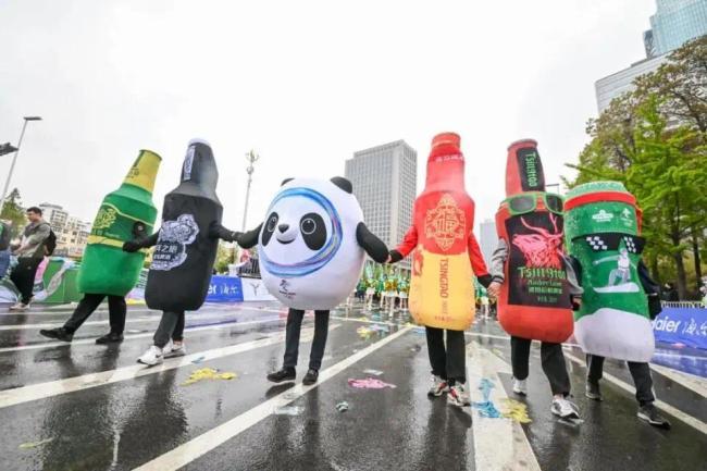 """2021青岛国际马拉松鸣枪开跑,青啤人以青春和激情扮靓""""中国最美赛道"""""""