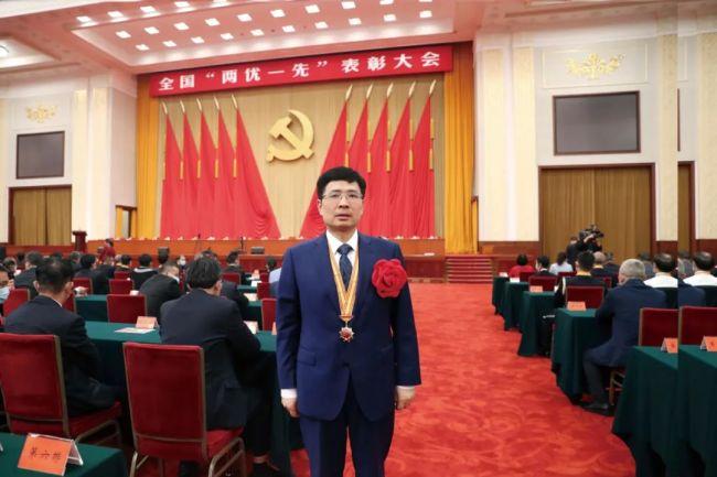 """海尔集团总裁周云杰荣获""""全国优秀共产党员""""称号"""