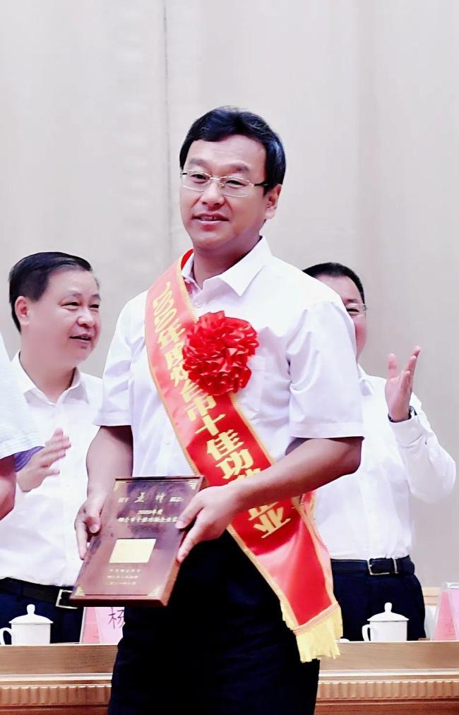 """玲珑轮胎董事长、总裁王锋荣膺""""2020年度烟台市十佳功勋企业家"""""""