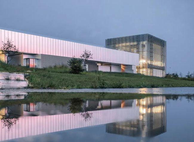 """又一座让·努维尔设计的美术馆落地青岛,西海美术馆以开馆展""""超越""""带动艺术新浪潮"""