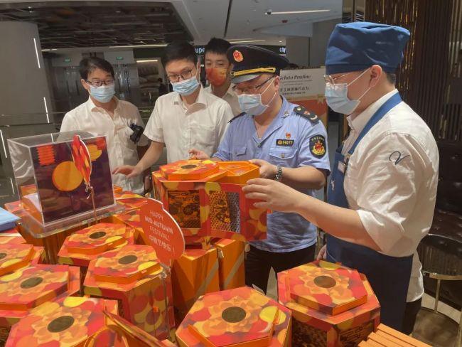 经现场执法检查和监督抽查,歌帝梵等月饼礼盒涉嫌过度包装