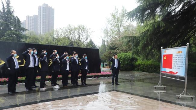 清明时节缅先烈 春风雨中学党史