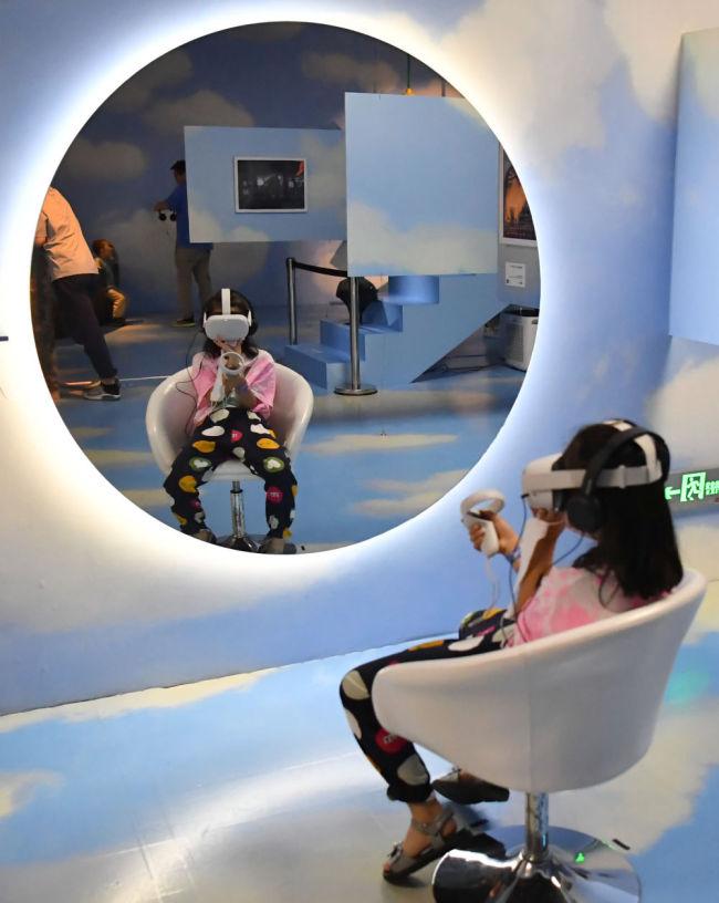 6月6日,在科技艺术节的VR沉浸影像展上,一名小朋友在体验VR设备。