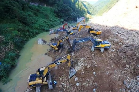 动员抢险人员306人!出动挖掘机34台,汉中镇巴大河口堰塞湖推进抢险工作