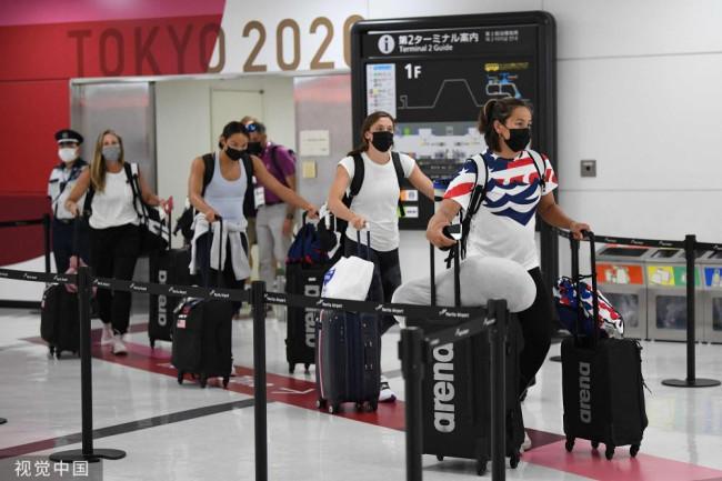 奥运会即将开幕 美国游泳队员抵达成田机场
