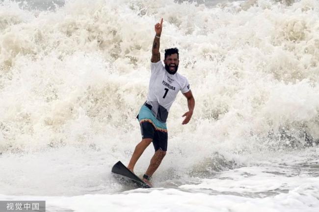 [图]东京奥运会冲浪男人决赛:巴西选手费雷拉夺冠