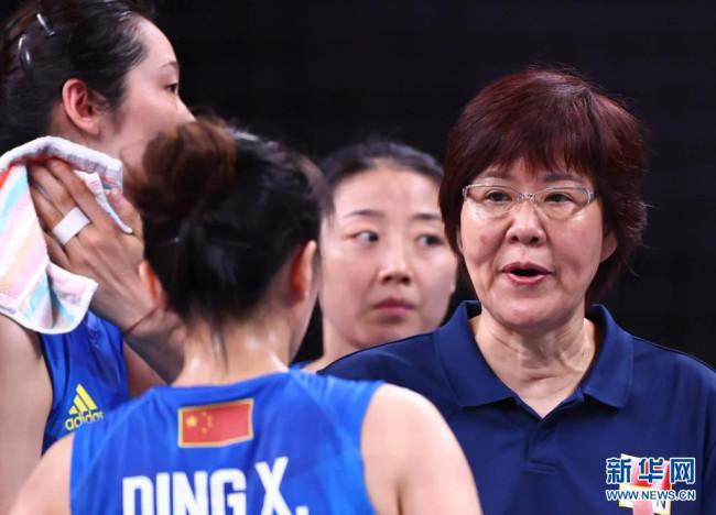 7月27日,中国队主教练郎平(右)向队员面授机宜。