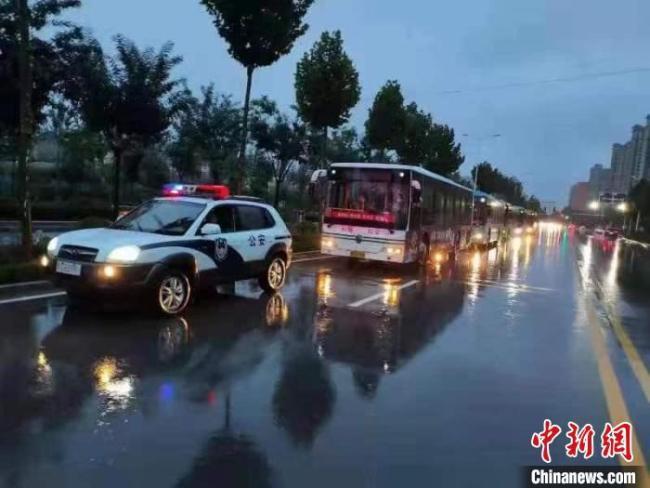 山西运城启动应急联动机制 雨夜疏散运送1000余名滞留铁路旅客