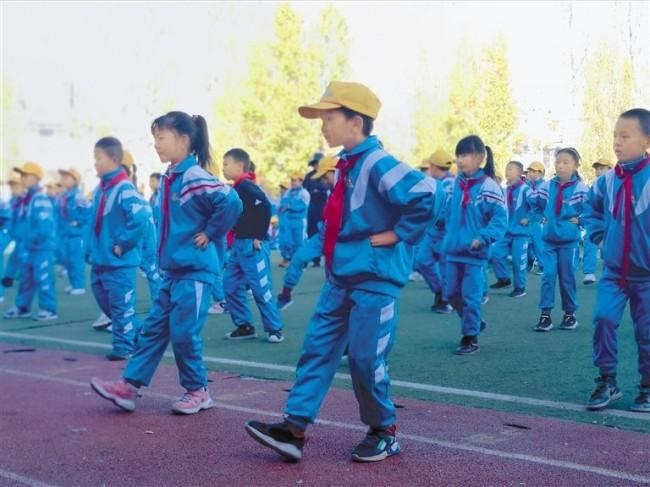 图为正在练习阳光排舞的孩子们。记者 郑璐 袁海霞 摄