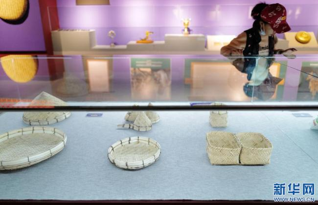 4月3日,一名小女孩在西藏牦牛博物馆观看拉萨市非物质文化遗产代表性项目展。新华社记者 孙瑞博 摄