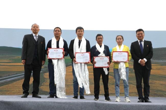 开幕仪式上,墨竹工卡县聘请四位专家为墨竹小油菜提供种植科研保障。