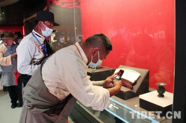 图为西藏基层干部拍摄见证民族交往交流交融的历史文物。 摄影:王茜