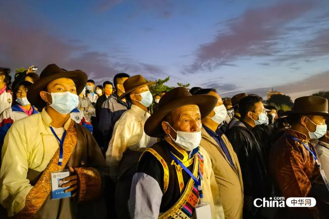 西藏基层干部赴京参观培训班学员观看天安门广场升旗仪式。