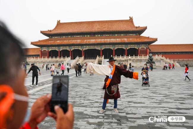 西藏基层干部赴京参观学习班学员拍照留念,衣着颜色与故宫融为一体。