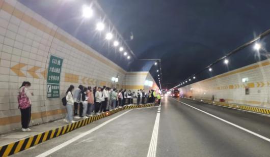 大客車故障,46名學生被困隧道!交警緊急救援