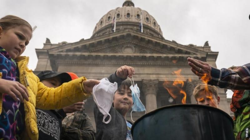 """不满口罩令 美国示威者""""烧口罩""""抗议"""