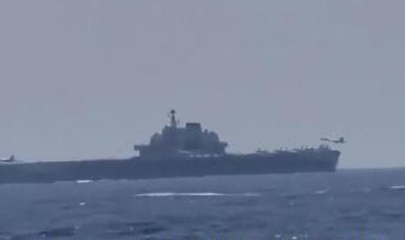 美舰跟拍中国航母:歼-15在美军面前稳稳着舰
