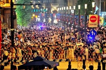 上海外滩迎端午客流高峰 武警公安协力保平安