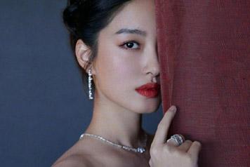 魅惑!28岁杨采钰穿抹胸纱裙秀天鹅颈