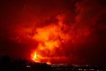 拉帕尔马岛火山持续喷发