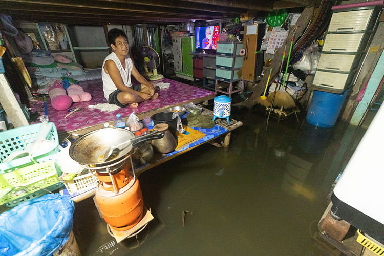 泰国居民家中被洪水淹没