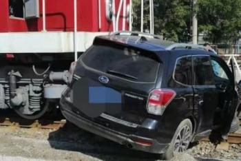 辽宁一辆汽车与火车相撞